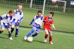 Het voetbalgelijke van jonge geitjes Royalty-vrije Stock Afbeeldingen
