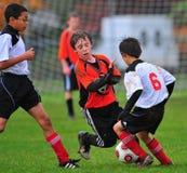 Het voetbalspel van de jeugd stock afbeelding