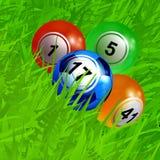 Het voetbalvoetbal van Bingoballen op groen gras Stock Foto's