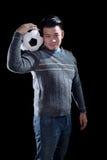 Het voetbalvoetbal van de jonge mensenholding met het glimlachen gezicht statusaga Royalty-vrije Stock Foto's