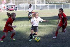 Het Voetbalvoetbalsters die van de meisjesjeugd voor de Bal lopen Stock Fotografie