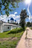 Het voetpad langs de muren van het Heilige Bogolyubovo-Klooster in zonnige de zomerdag, Vladimir-gebied, Rusland royalty-vrije stock afbeelding