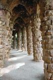 Het voetpad van Colonnaded in Guell Park, Barcelona. Royalty-vrije Stock Afbeeldingen