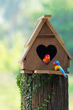 Het vogelhuis heeft een hart-vormige ingang Royalty-vrije Stock Afbeeldingen