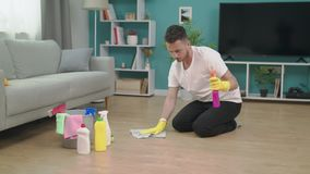 Het volgen van de jonge mens die na zich het bewegen aan nieuwe flat opruimen stock videobeelden