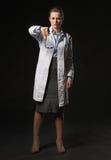 Het volledige lengteportret van artsenvrouw het tonen beduimelt neer Stock Fotografie