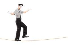 Het volledige lengteportret van een mannetje bootst kunstenaar het lopen op een kabel na Royalty-vrije Stock Afbeelding