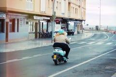 Het volledige meisje gaat naar een toevluchtstad op een motorfiets Royalty-vrije Stock Fotografie