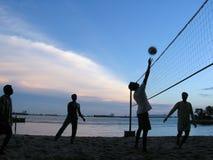 Het volleyball van de avond bij kust stock afbeelding
