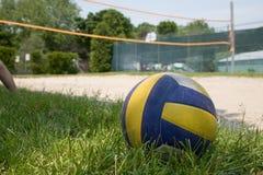 Het volleyball van de sport op gras stock afbeeldingen