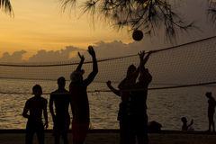 Het volleyball van het strand, zonsondergang op het strand Stock Afbeelding