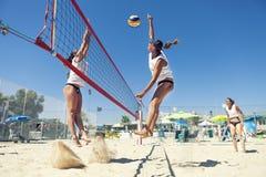 Het volleyballspelers van het vrouwenstrand Aanval en defensie Stock Afbeeldingen