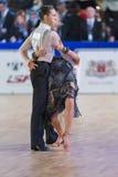 Het volwassen Danspaar voert de Jeugd Latijns-Amerikaans Programma over Baltisch Groot Kampioenschap prix-2106 uit van WDSF Royalty-vrije Stock Foto