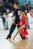 Het volwassen Danspaar voert de Jeugd Latijns-Amerikaans Programma over Baltisch Groot Kampioenschap prix-2106 uit van WDSF Royalty-vrije Stock Afbeeldingen