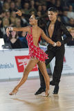 Het volwassen Danspaar voert de Jeugd Latijns-Amerikaans Programma over Baltisch Groot Kampioenschap prix-2106 uit van WDSF Stock Afbeelding