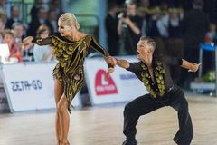 Het volwassen Danspaar voert de Jeugd Latijns-Amerikaans Programma over Baltisch Groot Kampioenschap prix-2106 uit van WDSF Royalty-vrije Stock Afbeelding