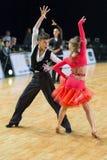 Het volwassen Danspaar voert de Jeugd Latijns-Amerikaans Programma over Baltisch Groot Kampioenschap prix-2106 uit van WDSF Stock Fotografie