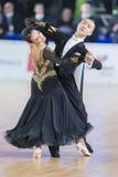 Het volwassen Danspaar voert de Jeugd Standaard Europees Programma over Baltisch Groot Kampioenschap prix-2106 uit van WDSF Stock Foto's