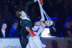 Het volwassen Danspaar voert de Jeugd Standaard Europees Programma over Baltisch Groot Kampioenschap prix-2106 uit van WDSF Royalty-vrije Stock Afbeeldingen