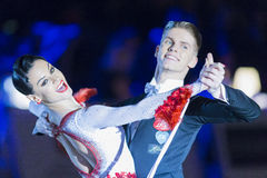 Het volwassen Danspaar voert de Jeugd Standaard Europees Programma over Baltisch Groot Kampioenschap prix-2106 uit van WDSF Royalty-vrije Stock Afbeelding