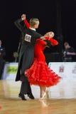 Het volwassen Danspaar voert de Jeugd Standaard Europees Programma over Baltisch Groot Kampioenschap prix-2106 uit van WDSF Royalty-vrije Stock Foto's