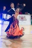 Het volwassen Danspaar voert de Jeugd Standaard Europees Programma over Baltisch Groot Kampioenschap prix-2106 uit van WDSF Royalty-vrije Stock Foto