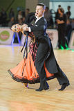 Het volwassen Danspaar voert de Jeugd Standaard Europees Programma over Baltisch Groot Kampioenschap prix-2106 uit van WDSF Stock Fotografie