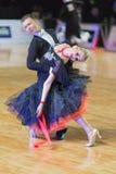 Het volwassen Danspaar voert de Jeugd Standaard Europees Programma over Baltisch Groot Kampioenschap prix-2106 uit van WDSF Royalty-vrije Stock Fotografie