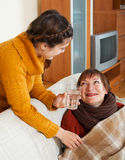 Het volwassen dochter geven voor zieke moeder heeft koude Royalty-vrije Stock Foto