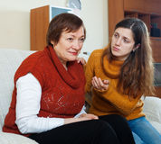 Het volwassen meisje probeert verzoent met haar moeder Royalty-vrije Stock Foto's