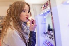Het volwassen meisje winkelen royalty-vrije stock fotografie