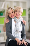 Het volwassen moeder en dochter koesteren Stock Afbeelding