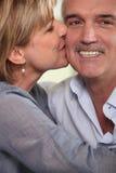 Het volwassen paar kussen stock foto's