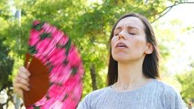 Het volwassen vrouw waaien die aan zonnesteek lijden stock footage