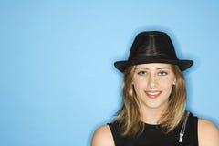 Het volwassen vrouwelijke het dragen hoed glimlachen. Stock Afbeelding