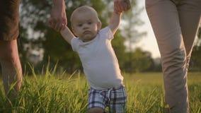 Het vooraanzicht van Amerikaanse ouders loopt met leuke zuigelings openlucht, jonge vader stock videobeelden