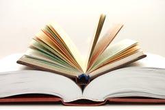 Het vooraanzicht van een stapel open boeken stock afbeeldingen