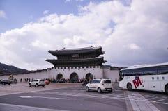 Het vooraanzicht van Gwanghwamun, is de belangrijkste en grootste poort van Gyeongbokgung-Paleis royalty-vrije stock foto's