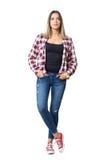 Het vooraanzicht van jonge toevallige mooie vrouw met dient zakken in bekijkend camera Stock Foto