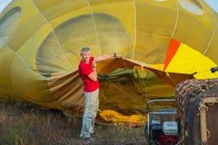 Het voorbereiden van baloon Hete Lucht grote baloon vlucht Kom vlieg met me Op het gebied Gele Baloon Jongen en de meisjes die bi Stock Foto