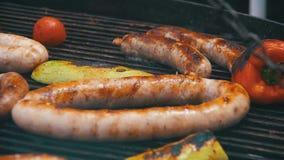 Het voorbereiden van Barbecue Heerlijke Worsten en Groenten op de Grill Langzame Motie stock videobeelden