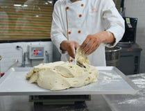 Het voorbereiden van brooddeeg op lijst in een bakkerij royalty-vrije stock foto's