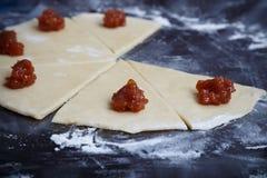 Het voorbereiden van croissant met jam Royalty-vrije Stock Afbeeldingen