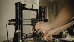 Het voorbereiden van 3D printer voor het werken 4K stock video