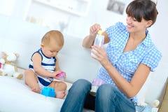 Het voorbereiden van de flesvoeding stock afbeelding