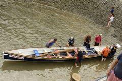 Het voorbereiden van de het roeien boot in Clovelly, Devon Royalty-vrije Stock Foto