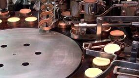 Het voorbereiden van de Japanse pannekoek van de imagawayaki rode boon, Kyoto stock footage