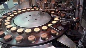 Het voorbereiden van de Japanse pannekoek van de imagawayaki rode boon, Kyoto stock video