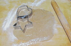 Het voorbereiden van de peperkoeken en twee metaalsnijder Stock Foto