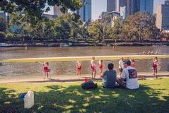 Het voorbereiden van de het roeien boot op de rivier door teamlid royalty-vrije stock afbeeldingen